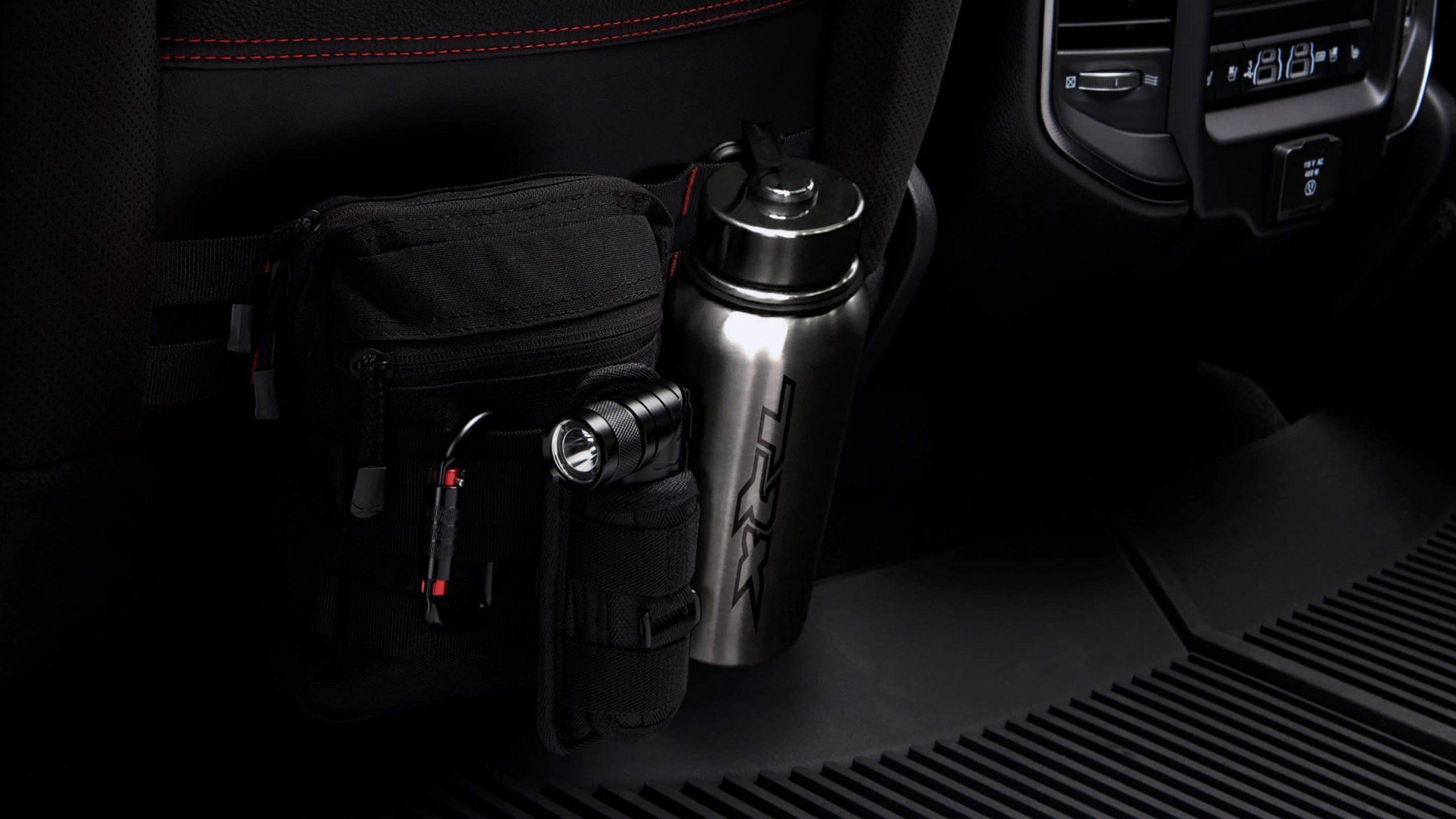 Der 2021 Ram 1500 TRX wurde bei jeder Umdrehung für Abenteuer entwickelt. Die Kartentaschen hinter den Fahrer- und Beifahrersitzen verfügen über ein flexibles PALS-Gurtband-Aufbewahrungssystem, das für den Transport von MOLLE-Offroad- und Abenteuerausrüstung konzipiert wurde, sodass Sie nie ohne die Ausrüstung auskommen, die Sie benötigen. aecramtrucks.com/trx, AEC RAM 1500